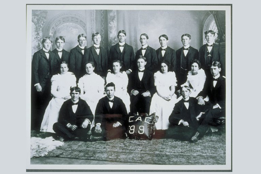 Class of 1899, Connecticut Agricultural College. Fourteen men and five women in posed picture